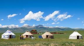 Campo del yurt del Kazakh en el prado de Xinjiang, China imágenes de archivo libres de regalías