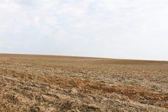 Campo dell'aratro con il cielo Fotografie Stock