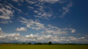 Campo dell'aumento, nuvole al tramonto al rallentatore stock footage