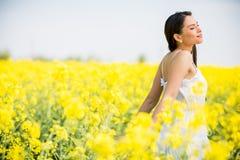 Campo della giovane donna in primavera Fotografia Stock