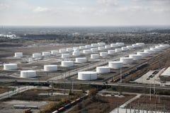 Campo della raffineria del serbatoio dell'olio Immagini Stock Libere da Diritti