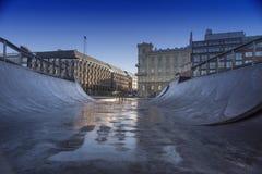 Campo della rampa del pattino con bella architettura ed il fondo blu scuro del cielo Fotografie Stock