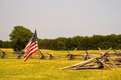 Campo di battaglia e bandierina di guerra civile immagini stock