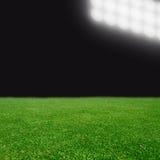 Campo di calcio con gli indicatori luminosi luminosi Fotografie Stock Libere da Diritti