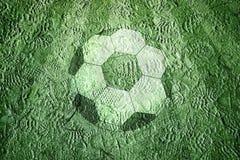 Campo di calcio con il fondo degli shoeprints e del pallone da calcio Fotografia Stock Libera da Diritti