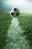 Campo di calcio con pallone da calcio e la linea, vista laterale Fotografie Stock Libere da Diritti