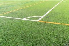 Campo di calcio con un nuovo campo artificiale del tappeto erboso, marcatura d'angolo bianca Fine in su Fondo di calcio Copi lo s immagine stock libera da diritti