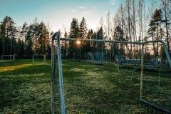 Campo di calcio congelato abbandonato nel tramonto Fotografia Stock