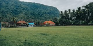 Campo di calcio semplice, con una regolazione naturale, nel villaggio di Bali Indonesia 3 fotografie stock