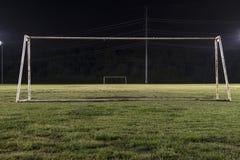 Campo di calcio vuoto alla notte con lo scopo senza rete Fotografia Stock