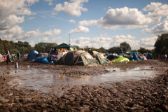 Campo di campeggio fangoso al festival Fotografie Stock Libere da Diritti