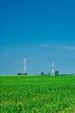 Campo di cereale e un verticale delle due torrette Fotografia Stock