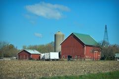 Campo di cereale rosso del granaio fotografia stock libera da diritti