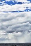 Campo di Eolic sotto le nuvole Fotografia Stock