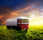 Campo di erba e del camion fotografia stock libera da diritti