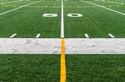 Campo di football americano alla linea delle yard cinquanta 50 Immagine Stock