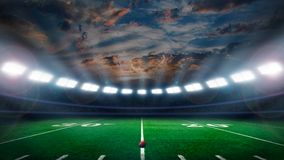 Campo di football americano con le luci dello stadio fotografie stock