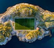 Campo di football americano in Henningsvaer da sopra immagine stock
