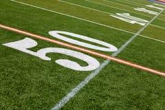 Campo di football americano - linea delle yard 50 Fotografia Stock Libera da Diritti