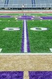 Campo di football americano sul linea delle yard 50 Fotografia Stock