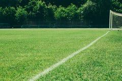 campo di football americano, un prato inglese verde con una linea disegnata con pittura bianca immagine stock