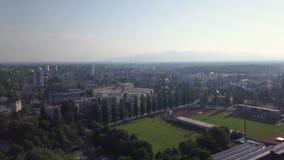 Campo di football americano vuoto dal cielo archivi video