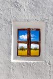 Campo di frumento dorato dei Balearic Island attraverso la finestra immagini stock
