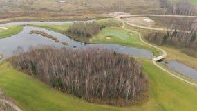 Campo di golf di autunno sul video aereo di vista superiore 4K UHD del fuco della Lituania della riva del lago Fotografie Stock Libere da Diritti