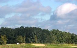 Campo di golf nella foresta immagini stock