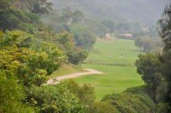 Campo di golf in valle Fotografia Stock