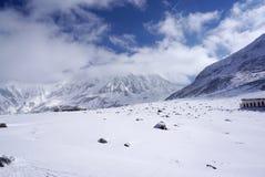 Campo di Midagahara a novembre con il fondo della montagna della neve Immagini Stock