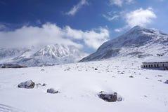 Campo di Mudoro a novembre con il fondo della montagna della neve Immagine Stock