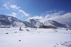 Campo di Mudoro a novembre con il fondo della montagna della neve Fotografie Stock Libere da Diritti
