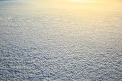 Campo di neve che scintilla al sole Struttura della neve con lustro brillante Fotografia Stock