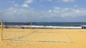 Campo di pallavolo alla spiaggia del mare video d archivio
