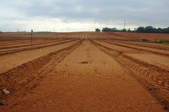 Campo di recente arato dell'azienda agricola Fotografia Stock Libera da Diritti