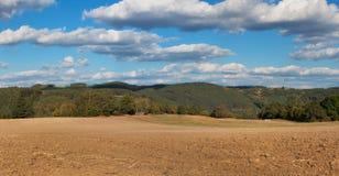 Campo di recente arato Panorama del paesaggio agricolo Autunno nell'agricoltura Cielo blu e campo marrone Immagini Stock