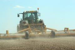 Campo di rotolamento del trattore su un'azienda agricola Immagine Stock