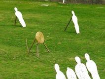 Campo di tiro all'arco con le frecce che colpiscono gli obiettivi Fotografie Stock