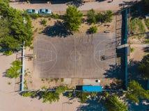 Campo do basquetebol da vista aérea no tempo do dia na praia Acima com do zangão Foto de Stock Royalty Free