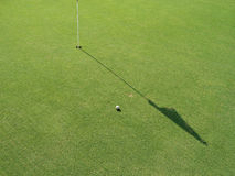 Campo do golfe com bandeira e esfera Fotografia de Stock