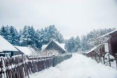 campo do inverno em Lituânia, casas velhas Imagens de Stock