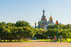Campo do Marte-parque no centro de St Petersburg e de catedral de nosso salvador no sangue Spilled em St Petersburg, Rússia imagem de stock