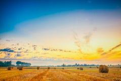 Campo do nascer do sol, Hay Bale In Belarus Foto de Stock