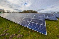 Campo do painel solar no prado Fotos de Stock Royalty Free