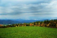 Campo do país aberto no outono Fotos de Stock Royalty Free