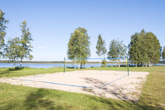 Campo do voleibol de Sandy em uma costa do lago Imagens de Stock Royalty Free