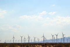 Campo dos moinhos de vento ao longo da paisagem do deserto Foto de Stock
