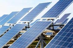 Campo dos painéis solares Fotos de Stock Royalty Free
