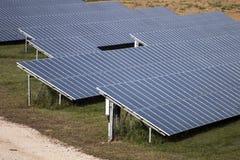 Campo dos painéis solares Imagem de Stock
